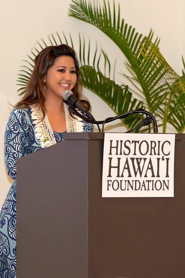 Lacy Deniz at podium – Historic Hawaii Foundation